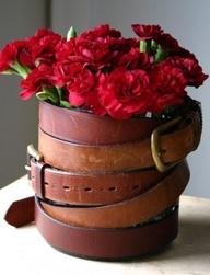 Idée équestre : Vieille ceinture pour décorer vos pots de fleurs