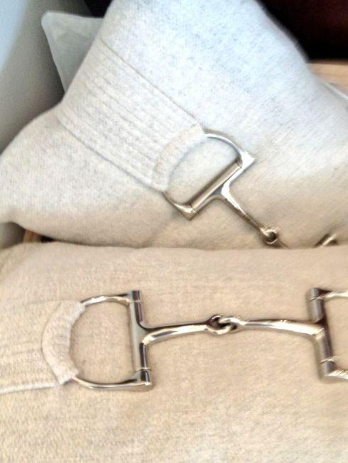 Idée équestre : Habiller vos coussins de vieux mors recyclés